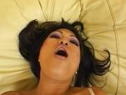 Гиг Порно ебет спящею Азиатка не перегибает палку в своей мастурбации