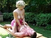 Гиг Порно оргазм в ванне Шикарный секс в саду между домохозяйкой и соседом