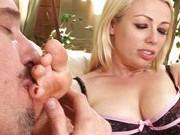 Порно звезда занимается фут-фетишем с мужчиной