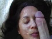 Любящая жена подставляет свое лицо под сперму мужа