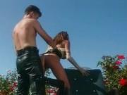 Гиг Порно  Парочка в латексных костюмах на цветочной поляне