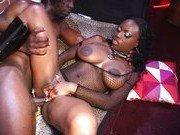 Чернокожая порно звезда в свингерском клубе