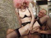 Гиг Порно ебут огромным Безбашенный старик и несуразная шлюха