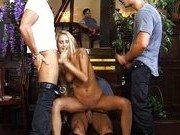 Муж смотрит на групповуху пьяной жены