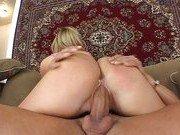 Блондиночка получает удовольствие от удушения