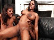 Две негритянки претендуют на фаллос негра
