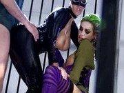 Женщина-кошка, Джокер и его подруга в клетке