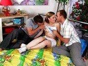 Гиг Порно  Грязная оргия в цветастой комнате молодухи