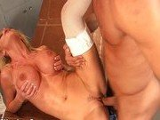 Медсестра лечит пациента своей киской