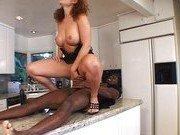 Негр помог домохозяйке испытать оргазм на кухне