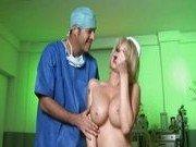 Похотливая медсестра, доктор и их пациент