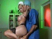 Медсестра трахается с санитаром в палате