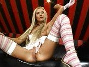 Порно модель мастурбирует на кожаном диване