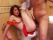 Парень имеет русских шлюх в туалете