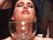 Парни спускают сперму в специальный бокал