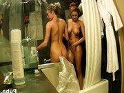 Двум лесбиянкам нравится вместе принимать душ