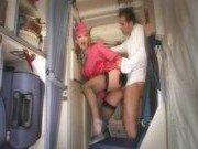 Стюардесса совокупляется с одним из пассажиров