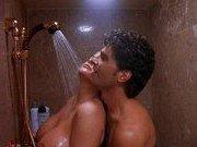 Гиг Порно  Порно звезда оставляет дверь в душ открытой