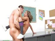 Порно модели пришлось трахаться с учителем