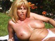 Гиг Порно  Грудастая домохозяйка ласкает себя на лужайке дома