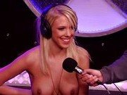 Порно звезда пробует секс машину в прямом эфире