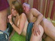 Гиг Порно с монстрами Молодая парочка пробует секс с престарелым