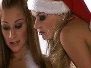 Гиг Порно  Две снегурочки празднуют новый год оргией