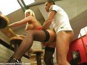 Блондинка сексуально покорила ухажера в баре