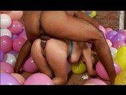Негр поимел подругу в бассейне из воздушных шаров