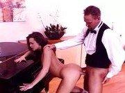 Гиг Порно прохожие Музыкальная шлюшка трахается возле пианино