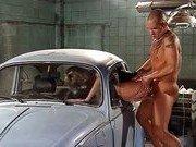 Гиг Порно  Частичный секс внутри старой машины