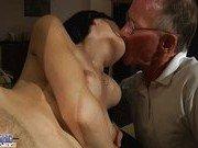 Старик напоил барышню вином и увидел ее киску