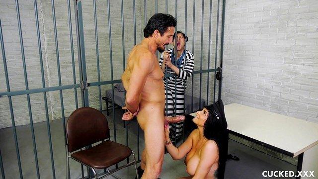 Порно азиатка с тюремным охранником