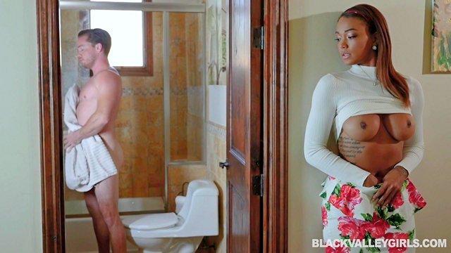 Гиг Порно Темнокожая подруга моей сестры увидела мой агрегат в ванной, потекла и завелась не на шутку HD Большие Сиськи Бритые Киски Жесткий Секс Красотки Минет Молодые Негритянки гигпорно видео