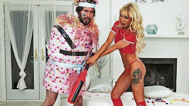 Гиг Порно Подготовка в пижамной вечеринке превратилась для девушки в дикую еблю с другом-бухариком её папы гигпорно видео
