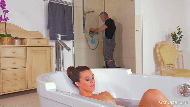 Гиг Порно Похотливая зрелая милфа соблазняет сантехника раздевшись голой принимая ванну у него на глазах HD Бритые Киски Брюнетки Женщины в Возрасте Жесткий Секс Минет Натуральные Сиськи гигпорно видео