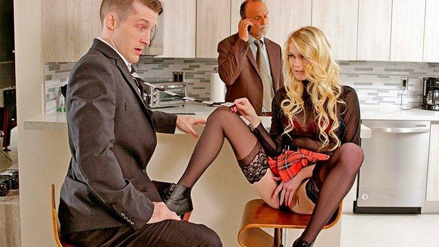 Гиг Порно Молоденькая дочка-блудница развлекает парня-риелтора пока её папик занят разговорами по телефону с бизнес-партнерами HD Блондинки Бритые Киски Жесткий Секс Красотки Минет Молодые Натуральные Сиськи Нижнее Бельё Униформа гигпорно видео