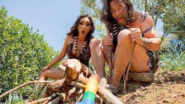 Гиг Порно Пещерная женщина находит фаллоимитатор и перемещаются во времени в 2018 год и набрасывается на голого мужика чтобы оттрахать гигпорно видео