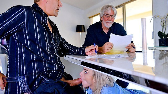 Гиг Порно Непослушная девка постоянно ищет приключения на свою задницу и когда к её папе пришёл работник она залезла под стол и стала у него отсасывать а потом когда хозяин дома отлучился ненадолго парочка горячо еблася на диване HD Блондинки Большие Члены Бритые Киски Домашнее Порно Жесткий Секс Маленькие Сиськи Минет Молодые гигпорно видео