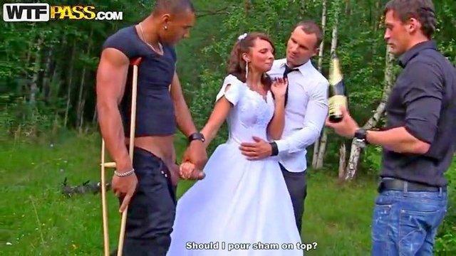 Гиг Порно После свадьбы русскую бухую невесту вывезли с друзьями на природу где она впервые отсосала толстый нигерский член и тёлочку жестко пустили по кругу гигпорно видео