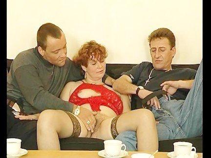 Гиг Порно Братья сурово ебут волосатую маму с большой грудью на диване Женщины в Возрасте Жесткий Секс Рыжие Секс Втроем гигпорно видео