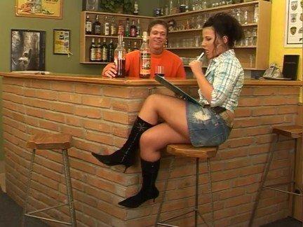 Порно про как бармен выебал клиенку