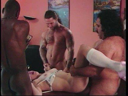 Гиг Порно Молоденькая шлюха в чулках получает трах в две дырки суровыми мужиками Большие Члены Гангбанг Двойное Проникновение Маленькие Сиськи Порно Звезды гигпорно видео