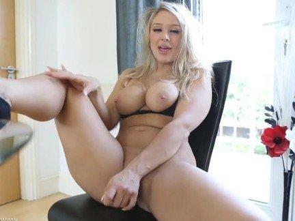 Порно мастурбация грудь 4 размер