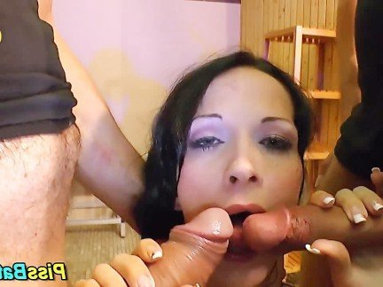 Порно писсинг от брюнетки врот