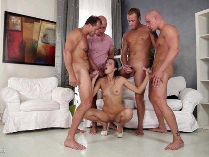 Гиг Порно Импульсивная телка удовлетворяет несколько блудней на гангбанге гигпорно видео