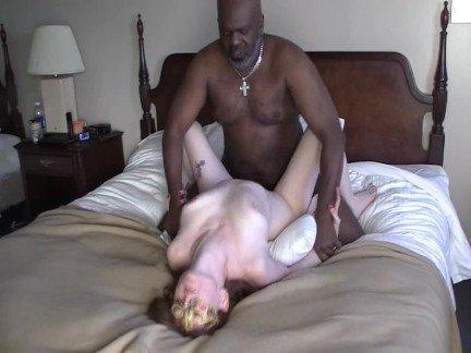 Половые сношения негров со зрелыми брюнетками видео