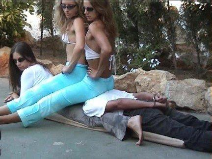 Гиг Порно Две девушки в спандексе насаживаются попками на тело податливой сучки Европейки Жесткий Секс Молодые Фетиш гигпорно видео