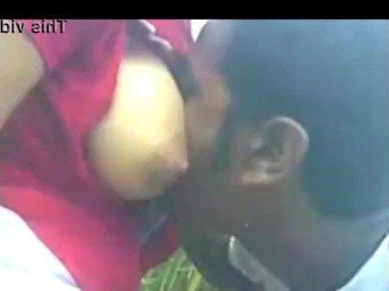 Гиг Порно Молоденькая индуска делает минет наглому парню крупным планом HD В колледже Индианки Любители Минет гигпорно видео
