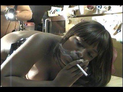 Гиг Порно Курящие smoking and fucking аматюрка берет в рот брюнетка в очках дым крупным планом курит и отсасывает милфа огромные дойки орал сосет член темнокожая трах фетиш черные гигпорно видео
